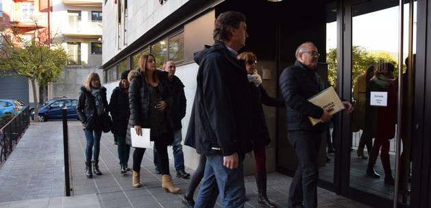Els docents, al jutjat el 7 de novembre passat. En primer terme, el director d'Ensenyament a Lleida, Miquel Àngel Cullerés.