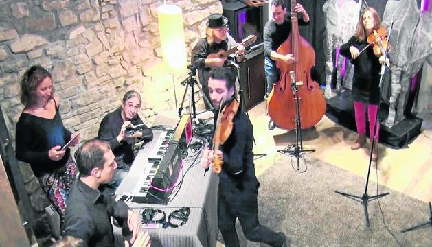 Grabación del espectáculo musical de La Fura dels Baus, el pasado miércoles en Montoliu de Segarra.