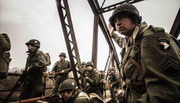 Sessió fotogràfica al pont de Térmens, dins del film 'Road to Normandia'.