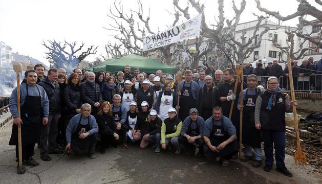 Foto de grup dels organitzadors, cuiners i autoritats durant la celebració de Lo Ranxo.