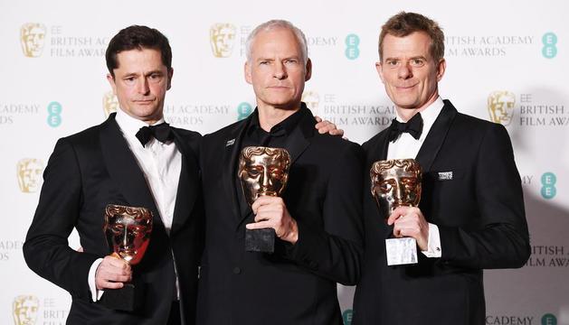 En el centro, el director inglés Martin McDonagh posa con los BAFTA que ha ganado su película.