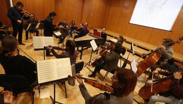 La OJC, con Alfons Reverté a la batuta y Joan Espina como violín solista, ayer en un ensayo para Animac.