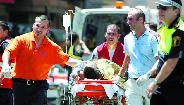 Los servicios sanitarios atienden a un herido en el accidente de metro de Valencia, en julio de 2006.