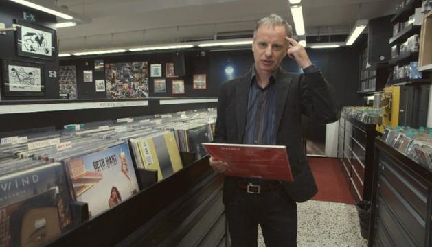 El cantant d'Els Pets, Lluís Gavaldà, en una botiga de discos.