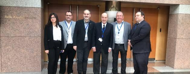 Los representantes de Fruits de Ponent junto con Miquel Roca Junyent en la sede del Tribunal.