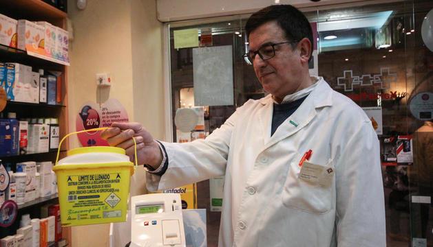 Contenidor de residus per dipositar les xeringues usades a la farmàcia Aragonès de Lleida.