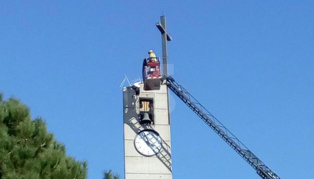 Els bombers han acudit a rescatar la cigonya.