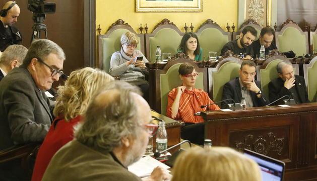 Ros i els tinents d'alcalde en primer pla, amb Salmeron al fons al costat de Sara Mestres.