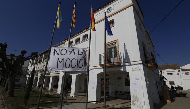Carteles y una pancarta contra la destitución del alcalde de Gimenells ayer en el ayuntamiento.