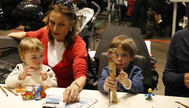 Dos petits participen ahir en un dels tallers organitzats a Animacrea de modelatge amb plastilina.