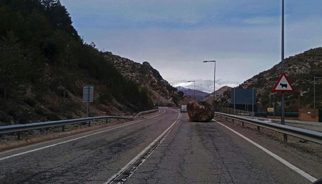Imatge de la roca que va tallar divendres un carril de l'N-260 a l'entrada del túnel d'Erinyà.
