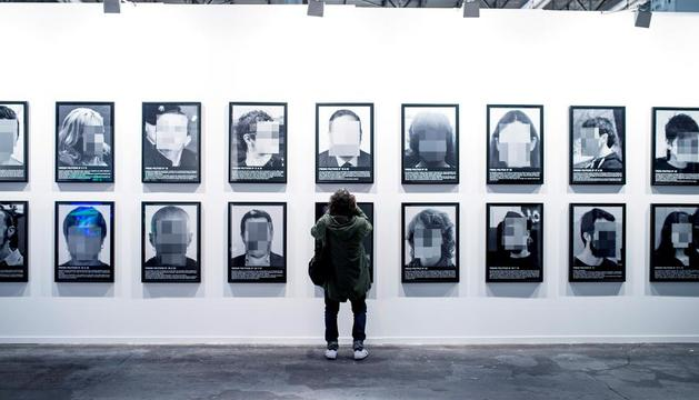 Les fotos, abans de despenjar-les de l'estand a Arco el dia previ a la inauguració.