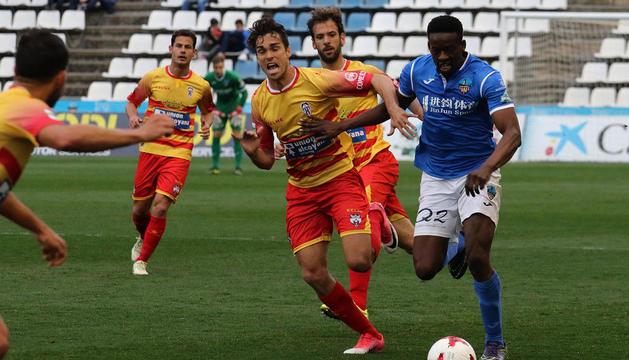 Musa, que va acabar sent substituït al descans per Marc Nierga, intenta escapar-se d'un jugador de l'Alcoià.