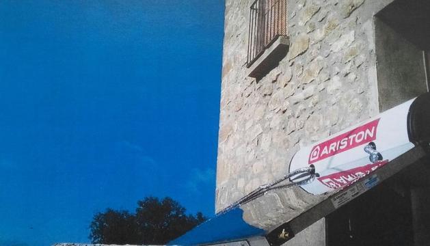 Panells solars per escalfar aigua en una masia del nucli de Sant Climenç, a Pinell de Solsonès.