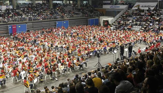 La pista del pavelló d'esports Barris Nord de Lleida es va transformar en un auditori per a un recital de 800 guitarristes.