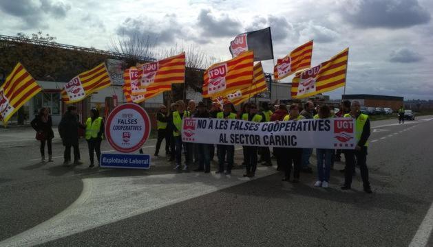 """Protesta de UGT contra las """"falsas cooperativas"""" en el matadero Fortune Pig de Mollerussa"""