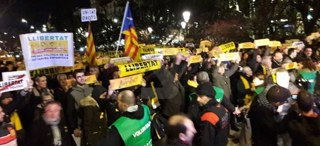 Un moment de la concentració davant de la subdelegació del Govern a Lleida