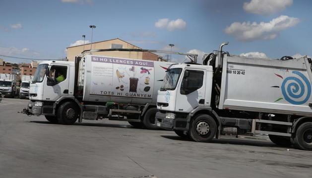 Vehículos de la concesionaria de recogida de residuos y limpieza de la ciudad.