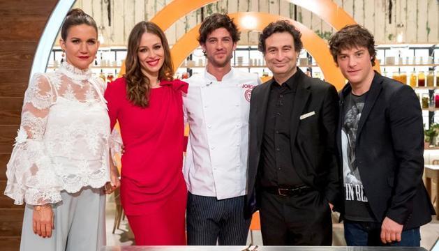 El jurado de MasterChef con la presentadora y un cocinero invitado en esta edición.