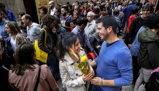 El Eix Comercial de Lleida se llenó como en las mejores ocasiones en una 'diada' de Sant Jordi con los libros y las rosas de protagonistas.
