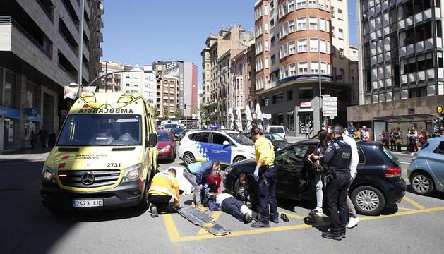 Sanitaris atenen el motorista ahir al lloc dels fets.