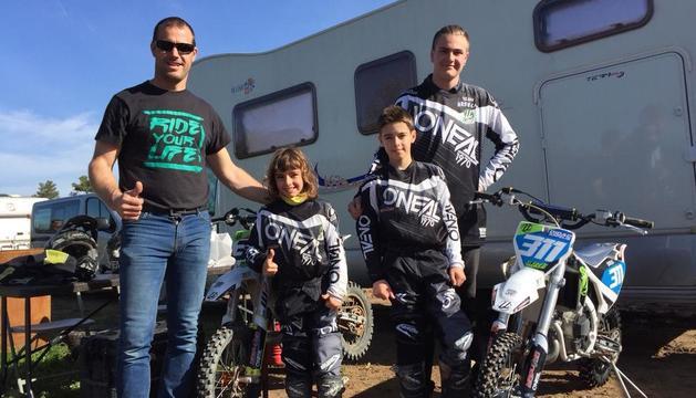 Jordi Arfelis, amb els seus fills, Aina i Dídac, i un cosí d'ells, Guillem Riquelme Arfelis.
