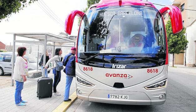 Viatgers a Almacelles agafant l'autocar a Barcelona.