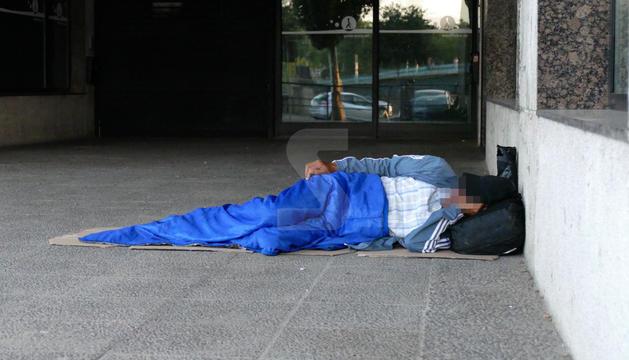Imatge d'arxiu d'una persona dormint al carrer a Lleida