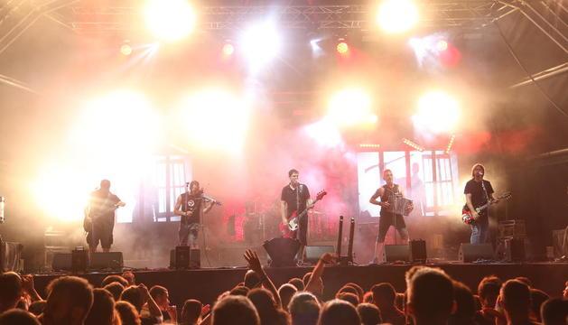 Momento de la actuación del grupo Boikot en el Mon Amour Mollerussa Summer Festival 2018.