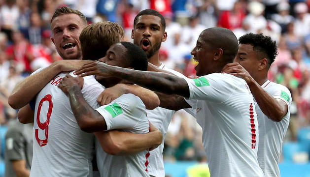 Harry Kane es felicitado por sus compañeros tras anotar de penalti el quinto tanto de su equipo antes del descanso.