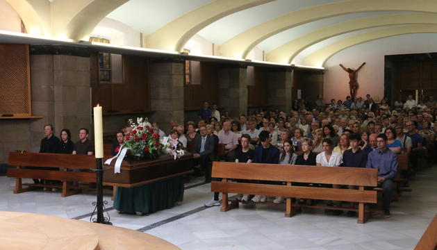 Un moment del funeral per l'artista Víctor Pérez Pallarès a Santa Teresina, plena per acomiadar-lo.