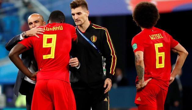 Robert Martínez consuela a su delantero Lukaku tras el partido.