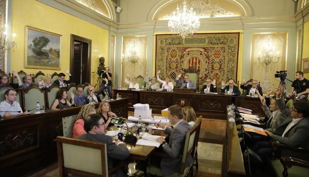 Moment de la votació de l'acord de racionalització de serveis de la Guàrdia Urbana.