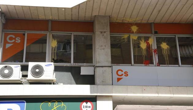 El exterior de la sede de Ciudadanos, apedreada y pintada.