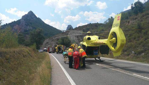 Los servicios de emergencia trabajan en el lugar del accidente.