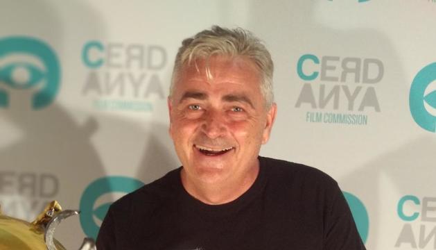 Hèctor Suñol mostrant el premi per 'Ni un pas enrere'.