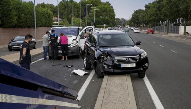 Vista de dos de los vehículos implicados ayer en el accidente.