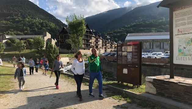 Imatge de turistes caminant ahir per Vielha.