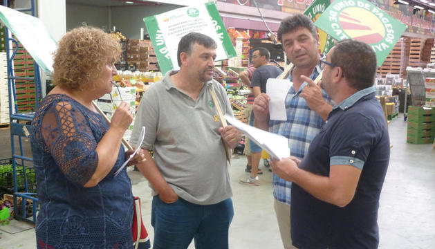 Sindicalistes d'Unió de Pagesos, durant la visita ahir a Mercabarna.