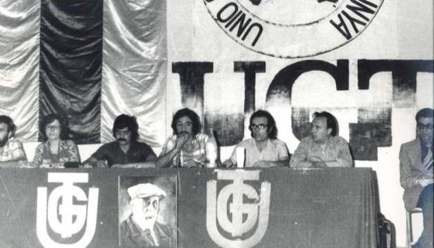 Luis Fuertes, en el centro hablando con el micro, en un congreso.