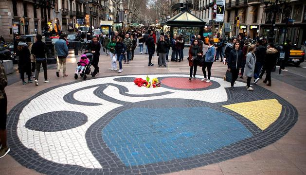 Una ofrenda de flores en el 'Mosaic del Pla de l'Os' en Barcelona.