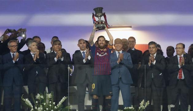 Messi va aixecar la Supercopa, el primer trofeu de la temporada.