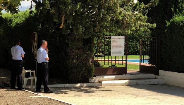 Agentes de los Mossos custodiando el jueves la entrada a la piscina del Club Tennis Borges.