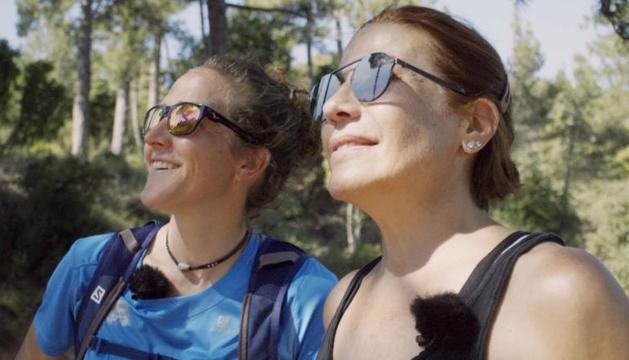 La corredora Núria Picas i l'actriu Emma Vilarasau, a Montserrat.
