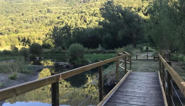 Una passarel·la renovada al parc del Salencar de la Vall de Boí.