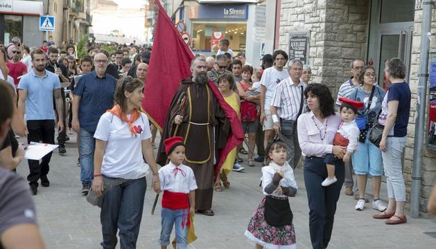 Nens precedeixen Sant Magí, encarnat per Jordi Casado.