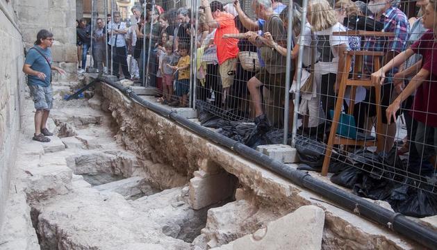 Visita guiada a la excavación en la plaza Major de Tàrrega en busca de indicios del templo románico.