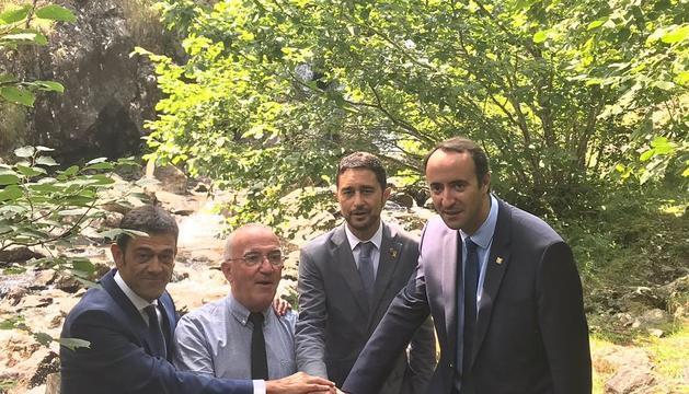 Calvet (seg. der.) amb representants dels altres territoris del Parc Pirinenc de les Tres Nacions.