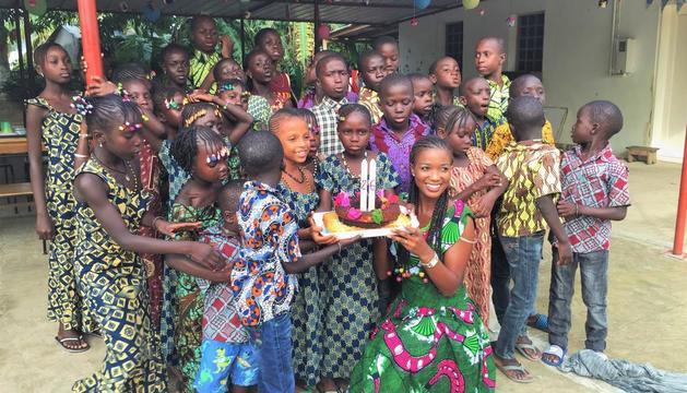 La joven leridana celebró su 26 cumpleaños con los niños del orfanato de Cocon de Cabrousse, en Senegal.