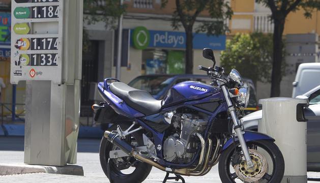 Imatge d'una motocicleta en una estació de servei.